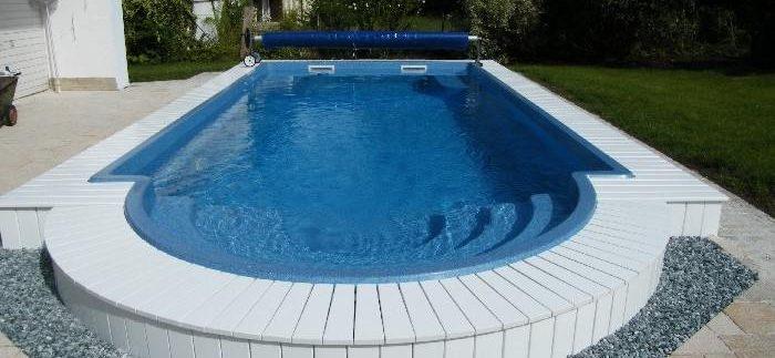 бассейн с покрывалом около дома