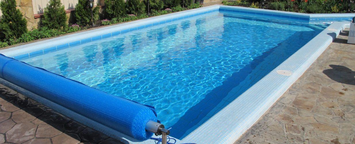 строительство бассейнов - уличный частный бассейн с пузырьковым покрывалом