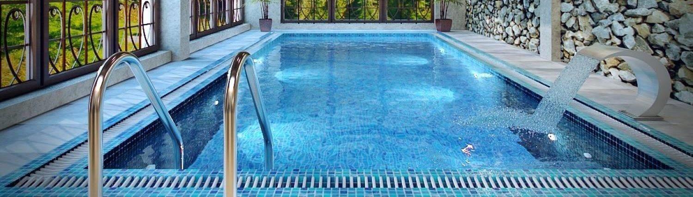 строительство бассейнов под ключ - переливной бассейн с водопадом