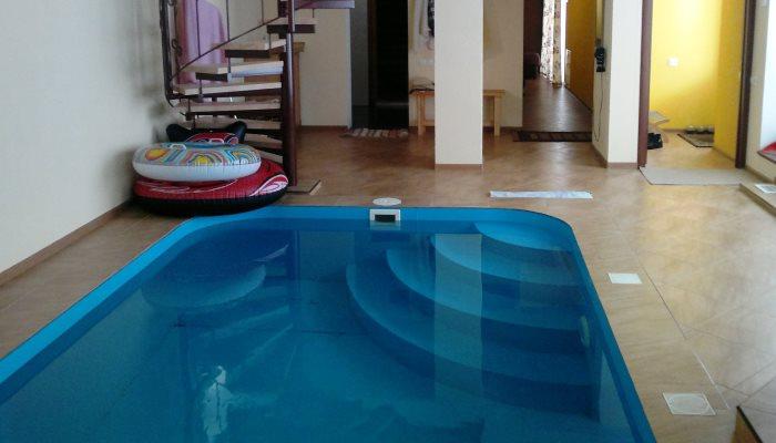 """Полипропиленовый бассейн в доме с """"римскими"""" ступенями"""