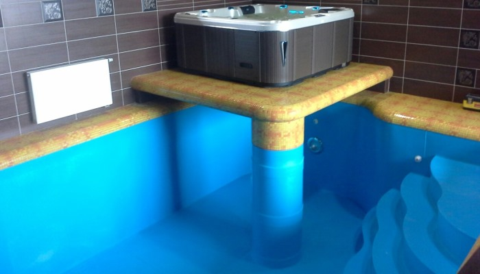 Полипропиленовый бассейн в доме с гидромассажным СПА-бассейном