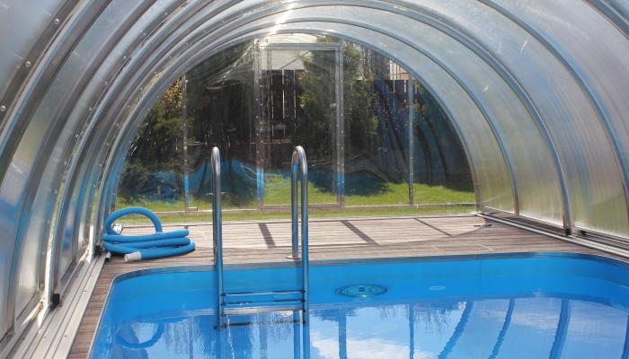 Внутри павильона уличного бассейна (площадка для отдыха)
