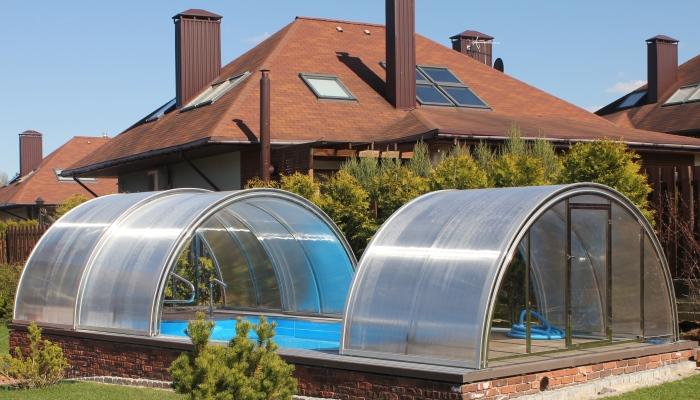 Раздвинутые центральные секции павильона для бассейна