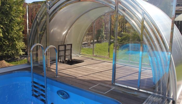 Павильон для бассейна полностью сдвинут (открыт люк в тех. помещение)